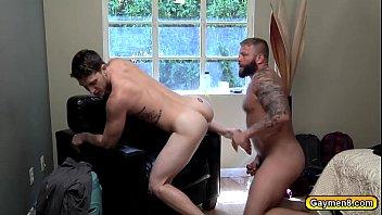 Barbudo tatuado comendo o cu do gay branquinho